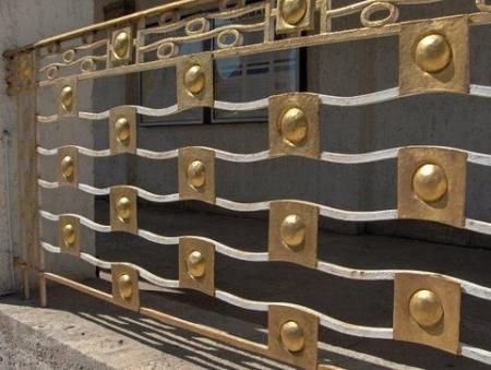 Ferronnerie de balustrade. Le décor de lignes ondoyantes et de demi-sphères évoque l'eau thermale et ses bulles de gaz. Photo Nicole Gaudillère