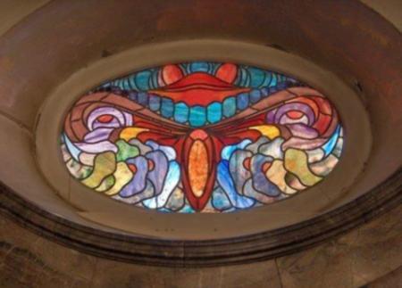 Vitrail au décor géométrique et stylisé à l'intérieur du Sprudelhof. Photo Nicole Gaudillère