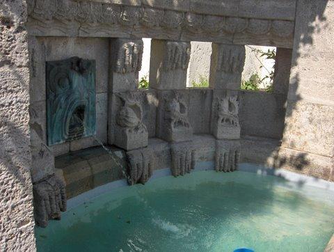 L'une des fontaines du Sprudelhof, due au sculpteur Heinrich Jobst. Photo Nicole Gaudillère